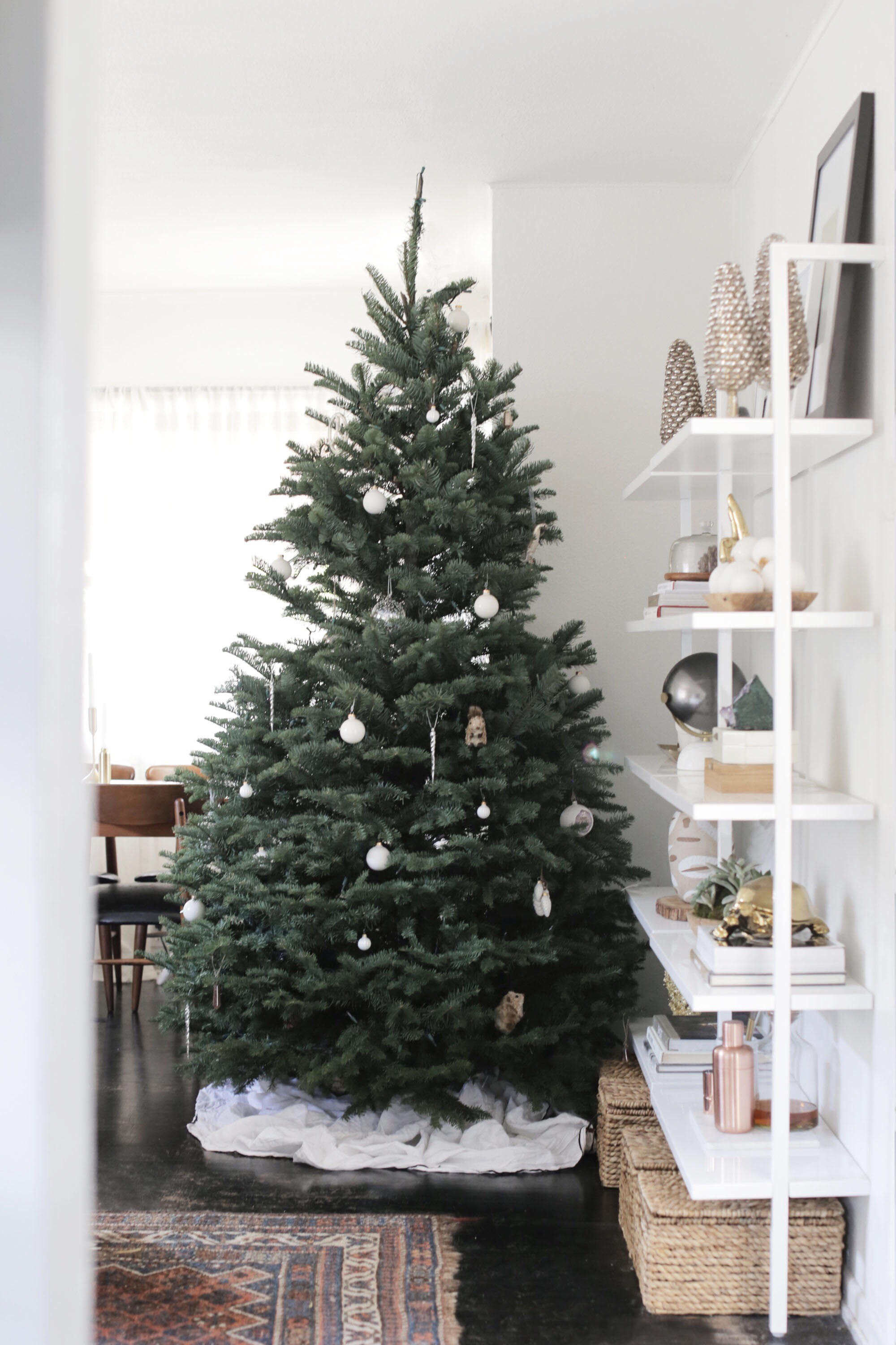 How to decorate a modern christmas tree for Modern christmas decorations online