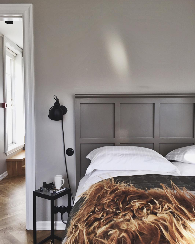 grey bedroom with wall sconce via @citysage