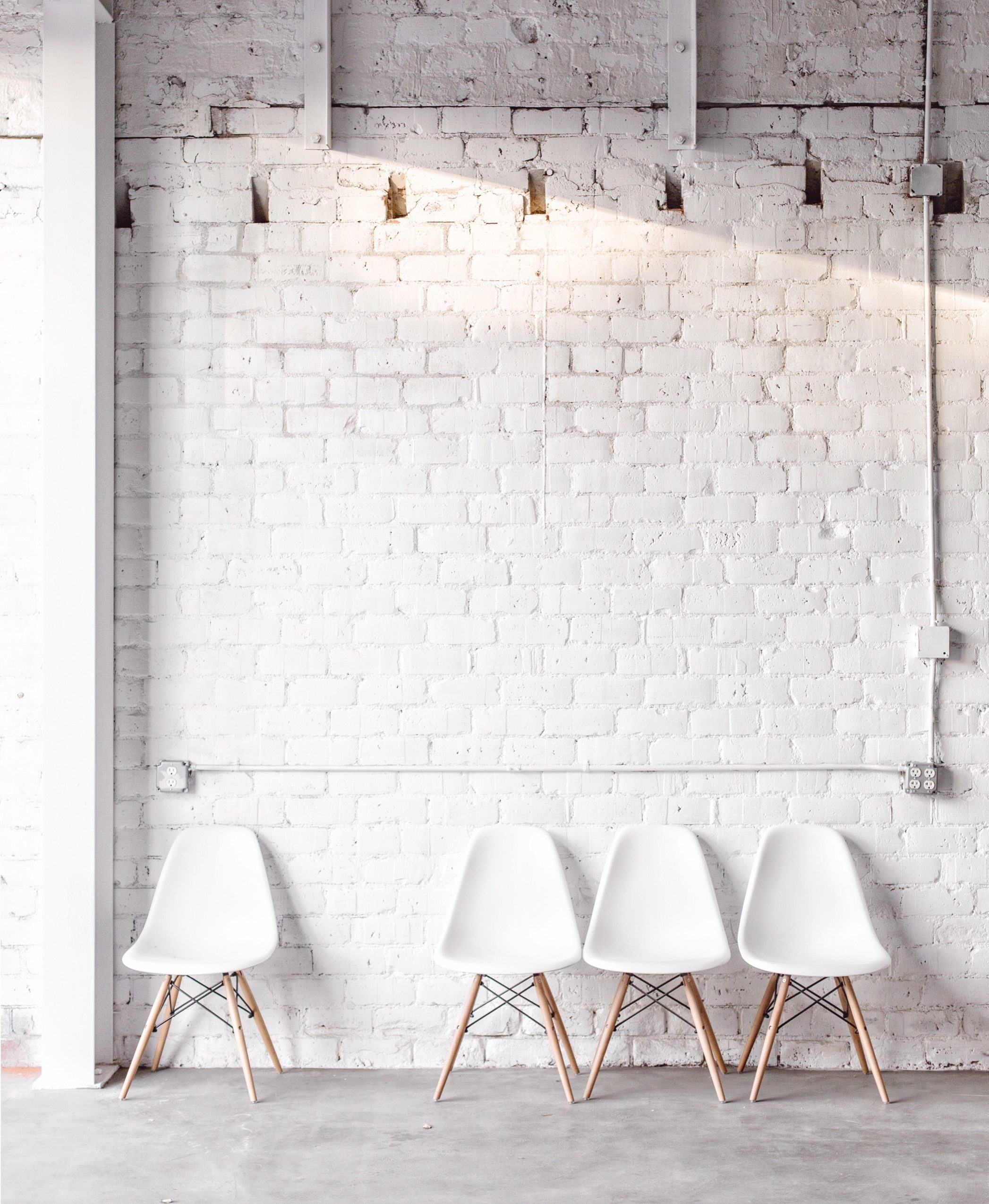 white molded eames shell chairs via @citysage