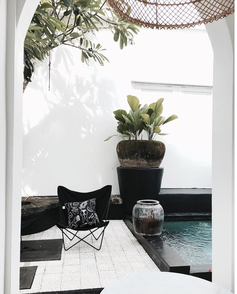 outdoor decor with black butterfly chair // anne sage